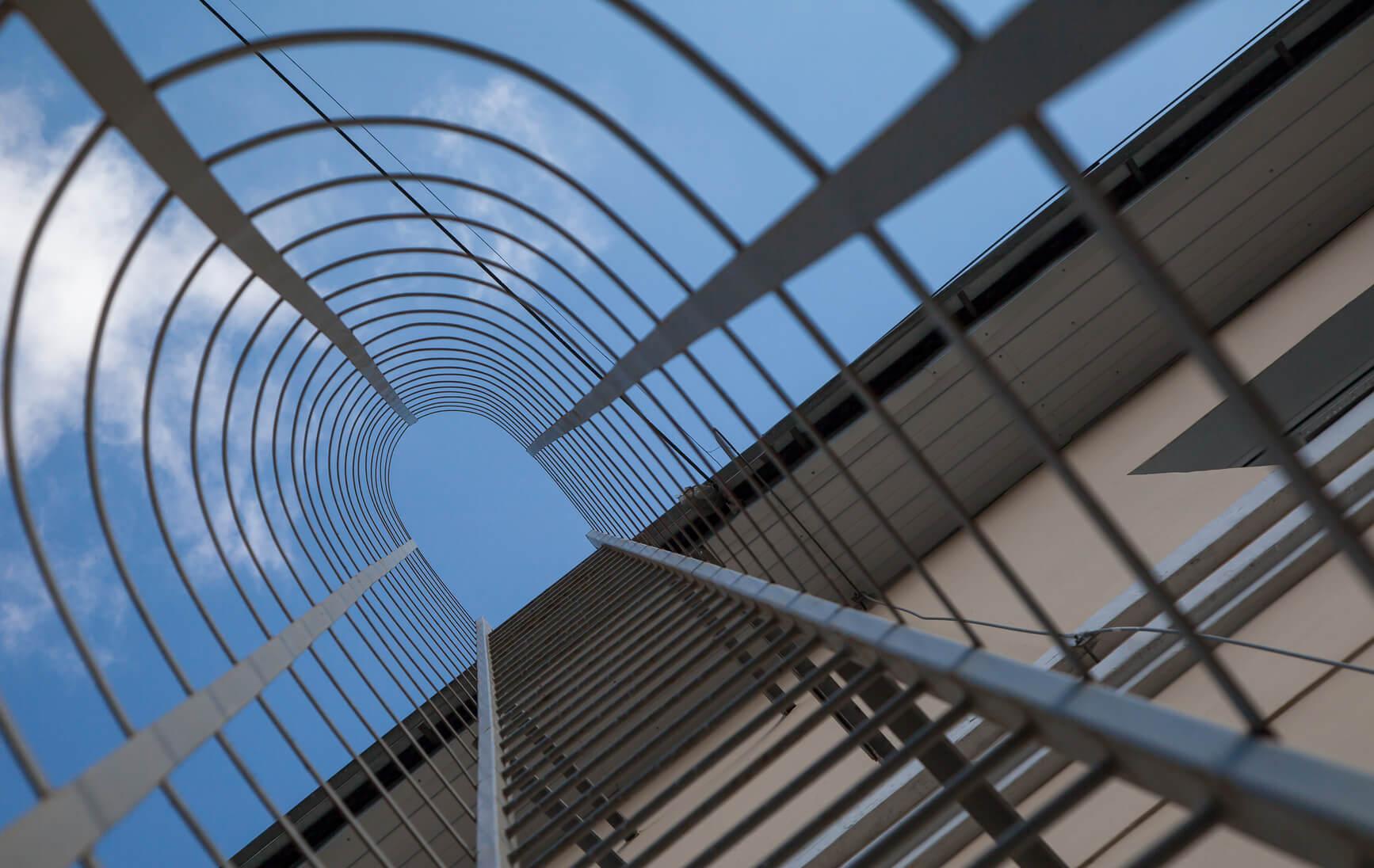 Jak najbezpieczniej dostać się na dach wysokiego budynku?